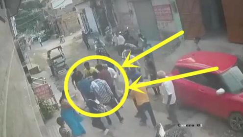 男子大白天抢项链失手,同伴弃他而逃,自己被10多路人围住