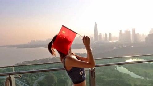 林峯女友张馨月为祖国庆生 手持国旗登高望远