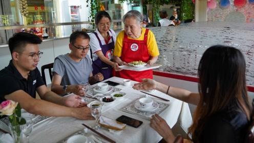 餐厅服务员下单慢还上错菜 却被顾客邀请共进午餐