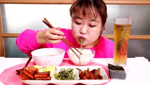 韩国吃货不挑食,泡菜,培根加鸡蛋就能美美的吃完一顿饭