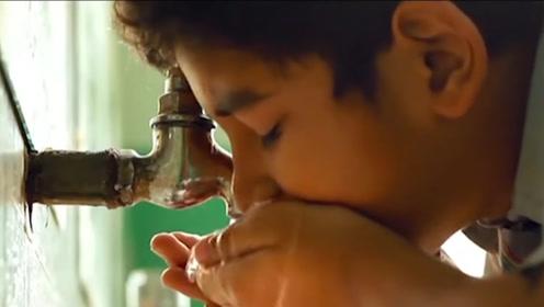 男孩带不起便当,中午别人吃饭,他只好去厕所喝自来水充饥!