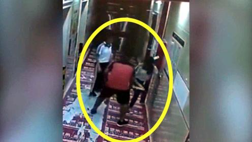 两少女走路回家,男子尾随抱腿,监控拍下丢人举动!