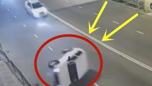 高速行驶中为躲避车辆,导致自己侧翻,众人齐心协力营救司机!