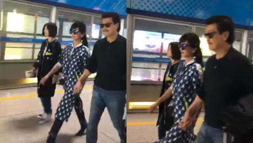 """""""白娘子""""赵雅芝和老公手拉手坐地铁,64岁穿星星裙被宠成少女"""