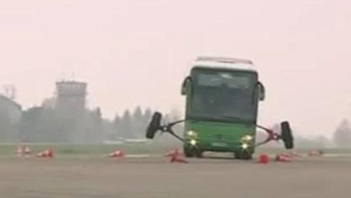 大型客车极限测试,灵机一动安了两个轮子防侧翻,你看它眼熟吗?