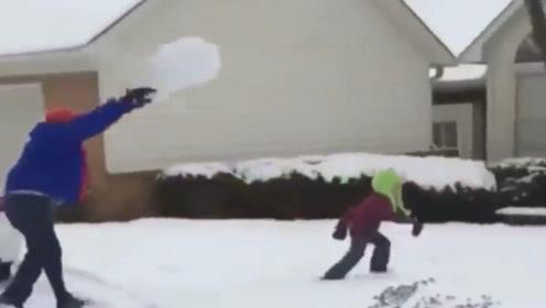 别人坑爹,你坑娃,这么大一雪球直接抱起就砸去