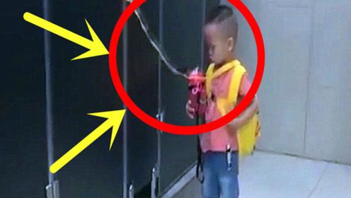 在女厕所拍下这样一幕,想必孩子内心应该是绝望的,太可笑!