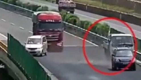 女司机高速上任性行驶,将后面三车人坑惨了!