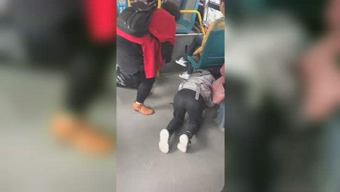 女乘客公交车上项链断裂珠子撒一地 热心小学生趴地捡拾