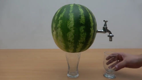 牛人脑洞大开,给西瓜装上水龙头,还能接出一杯果汁!