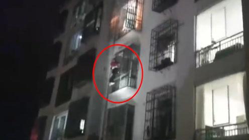 """熊孩子偷买手机怕家长责怪化身""""蜘蛛侠""""徒手爬到四楼外墙被困"""