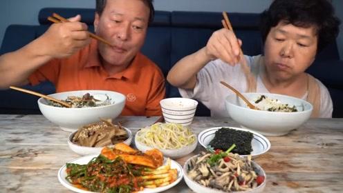 韩国农村家庭制作炒饭,里面还有蛤蜊