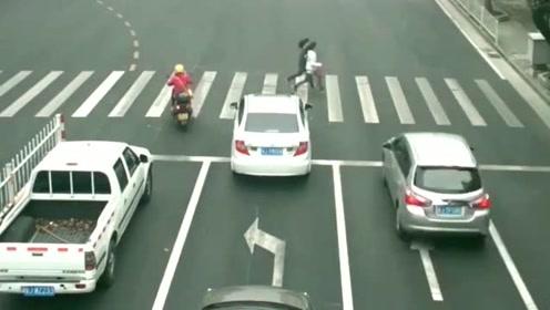 两女孩着急过马路,2秒后两人命归黄泉,查看监控家人抱头痛哭!