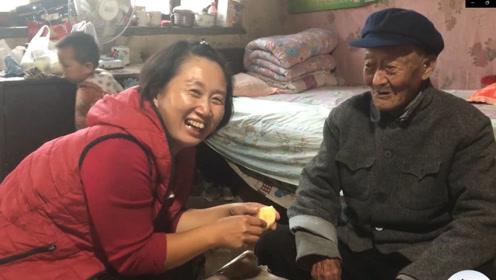 农村孙媳向96岁爷爷借钱,还钱时孙媳说了啥?爷爷的回答笑喷了