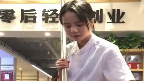 最美炒火锅料的西施,每天来看她的人络绎不绝,现在的人都是颜值控吗?