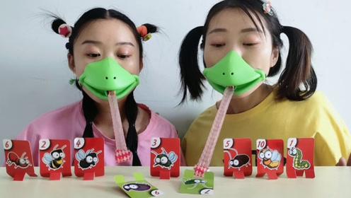 """俩闺蜜玩""""青蛙吹牌"""",大绿嘴吐舌扑牌,速度比拼超搞笑"""
