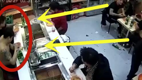 仇人见面分外眼红,小伙吃饭时惨被围攻,3个酒瓶残忍爆头!