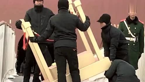 黑衣人为武警战士站岗的岗台做检查,感觉岗台有点重!