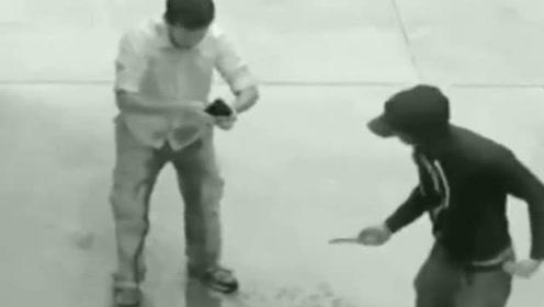 小伙子回家路遇劫匪,结果被吓尿裤子,劫匪瞬间无语!