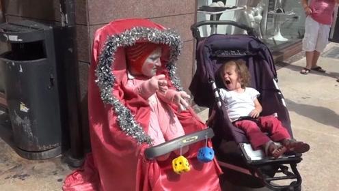 街头巨型婴儿恶搞小萌娃,把小娃吓得哇哇大哭,简直是童年阴影啊