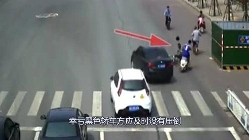 两电车路口相撞,司机受到致命冲击,双方倒地不起,监控拍下可怕一幕!