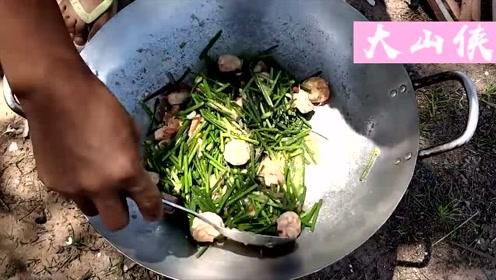在户外临时搭的土灶,用来炒菜真不错,炒出来的菜超级香