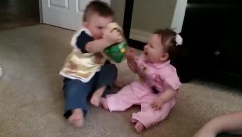 两个外国宝宝穿上唐装,笑呵呵的,开心啊