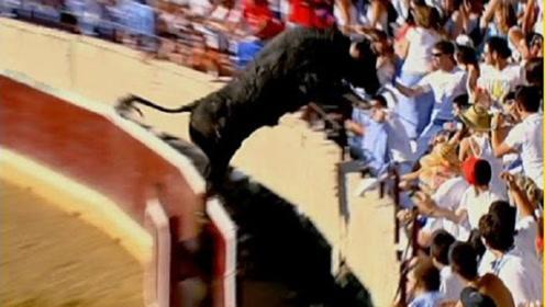 斗牛场发生惊险一幕,观众吓得魂飞魄散,镜头记录全过程