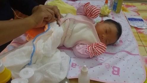 宝宝出生第4天,家人正在给他拆脐带夹,看着都痛!