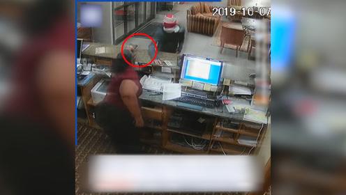"""男子抢劫酒店前台,为了捡钱放下手枪遭遇""""致命""""反转"""