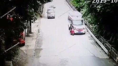 电动车司机未靠道路右侧行驶 被身后的救护车撞翻