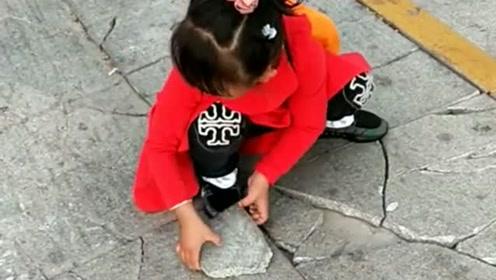 非要把地上碎石板拼上,你说你该有多操心啊,网友:小姑娘好有爱!