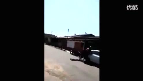 女骑士街头炫技 惨撞路边小车 瞬间开溜
