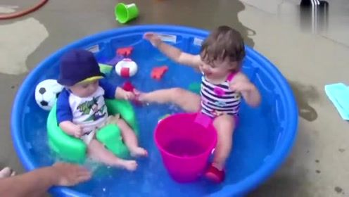 小宝宝爱玩水,太逗了,哈哈