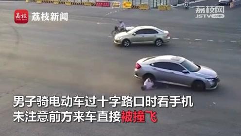 男子过十字路口骑车看手机,下一秒被撞飞