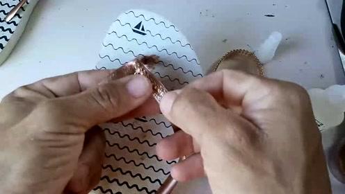 媳妇买的拖鞋太普通,一点都配不上她的身份,男子决定镶钻石上去