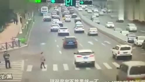 事故:美女无视来来往往的车辆,决定与众不同,结局还真是不同
