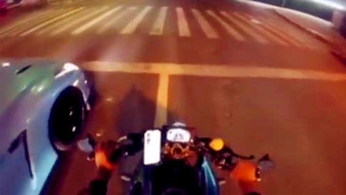 """小伙""""有个网红梦""""骑摩托与GTR当街飙车 被警方""""关注"""""""