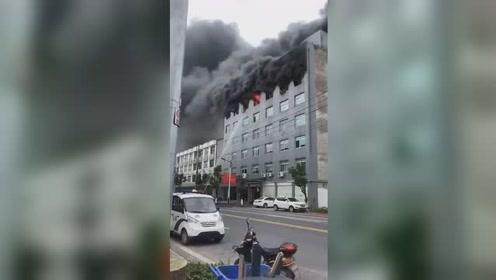 温州一眼镜厂突发大火 黑烟喷出而出犹如灾难大片