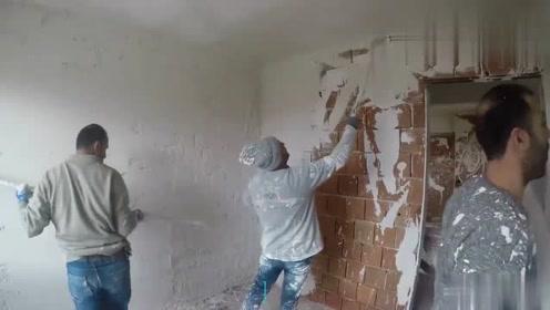 活了半辈子,头一次见这样抹墙灰的,这效率厉害了