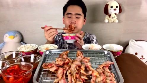 泰国小哥吃油煎五花肉片,搭配蘸酱和泡菜一口气吃了五碗米饭