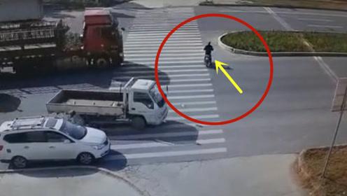大货车斑马线不减速,电动男子当场丢了性命!