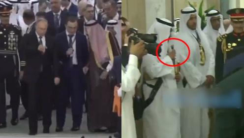 """新奇!普京""""看上""""士兵手中匕首 沙特国王一声令下让其上前演示"""