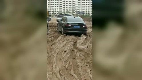 开着奥迪轿车走泥路,不听劝的后果!