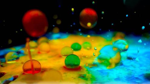 水宝宝在荧光液中浸泡会变成什么样?小哥亲测,画面简直太美了!