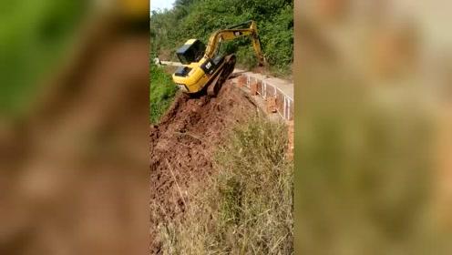 挖掘机上坡,我好担心它把水泥路勾翻了!