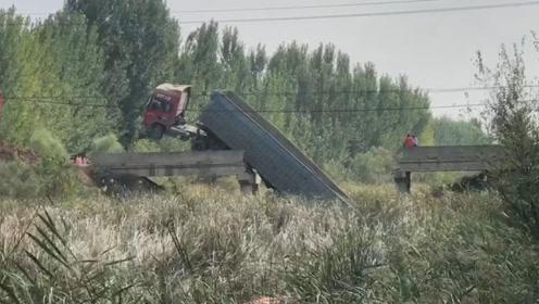 山东一载重货车将桥压断成三段 车头高高翘起车尾坠落桥下