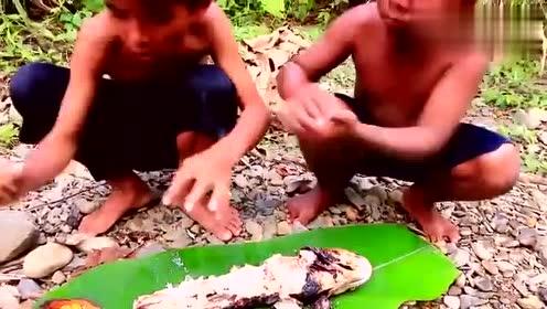 这种野外吃烤鱼的方法,我只能用三个字形容!太爽了!