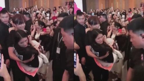 罗志祥公主抱女粉丝 引现场观众尖叫