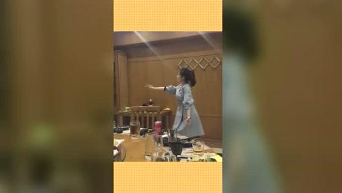 朝鲜不愧是能歌善舞的国家,一起吃饭的美女跳舞助兴,网友:养眼
